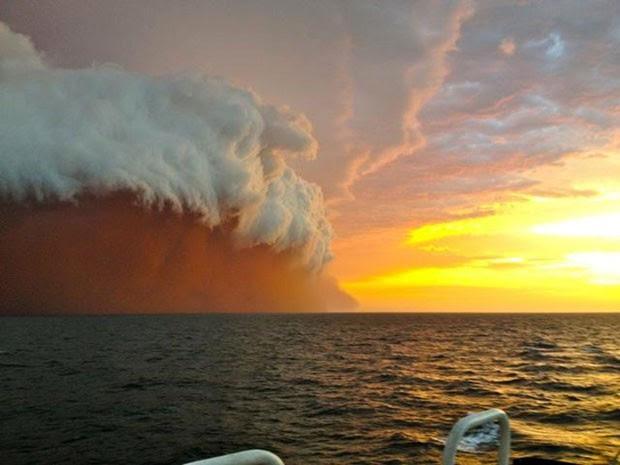 Nuvem de poeira fotografada na quinta-feira (09) (Foto: Brett Martin/Perth Weather Live/AFP)