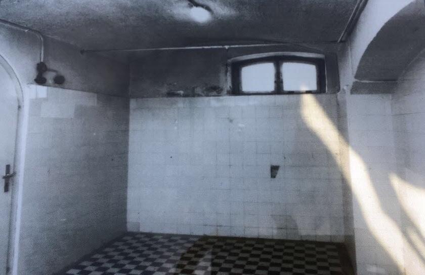 foto preto e branca de sala de gás com aparência de um banheiro.