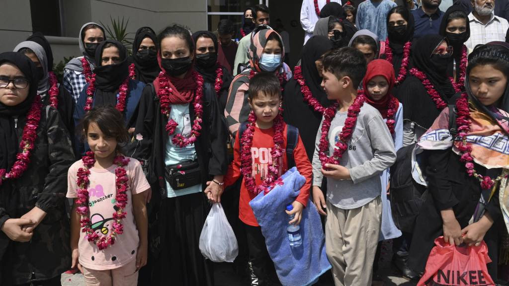 Pakistan laat spelers, staf en familie van Afghaans meisjeselftallen toe