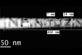 """Fotografia feita em microscópio especial mostra o """"nanopoema"""" de uma palavra; trata-se do primeiro do gênero feito no Brasil"""