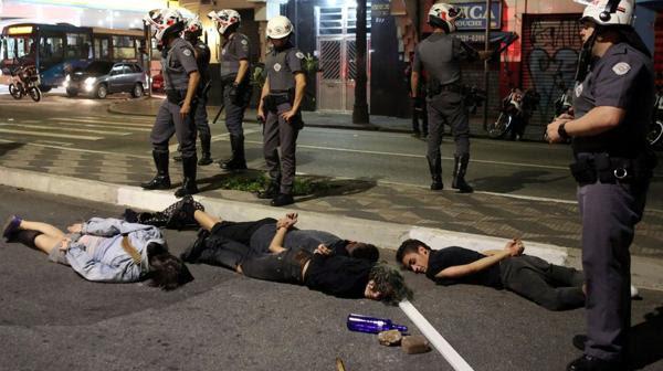 El objetivo de los policías era que no se crucen partidarios y contrarios de Rousseff (Reuters)