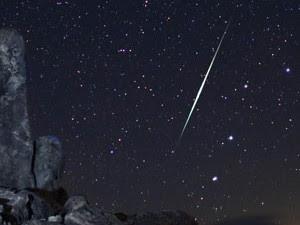 Meteoro cruza o céu sobre o deserto de Mojave (Foto: AstroPics.com, Wally Pacholka / AP)