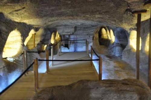 milos-katakomves