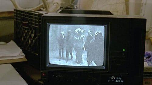 Os detetives encontrar na casa Tuttles um vídeo de uma menina sendo abusada e sacrificados por cinco homens mascarados.