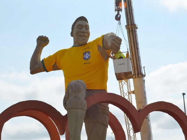 Camisa em homenagem à Seleção é colocada no monumento de Pelé em Três Corações (Foto: Lucas Soares / G1)