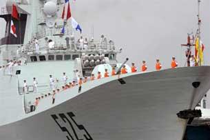 Hải quân Trung Quốc đứng trên boong tàu khu trục hạm tên lửa Task  Force 525, tại cảng quốc tế ở Manila vào ngày 13 Tháng 4 năm 2010. AFP  PHOTO / TED ALJIBE.