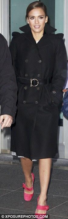Glamour Girl: Alba abotoado contra o frio com um casaco preto com cinto de segurança, enquanto o seu cabelo escuro foi provocado em um updo chic