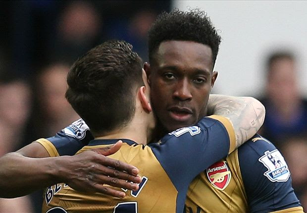 Welbeck subbed off with knee injury