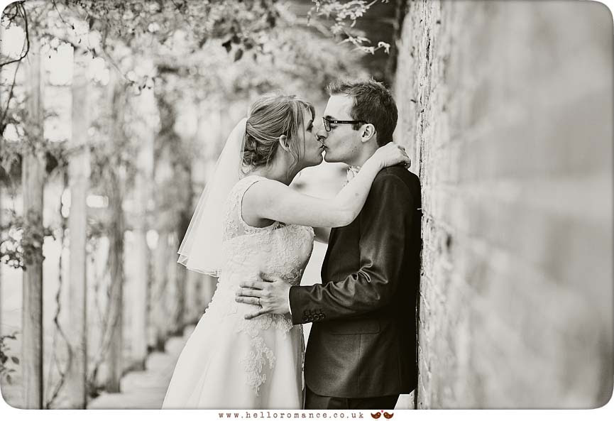 Cool photo of wedding couple in black and white - www.helloromance.co.uk