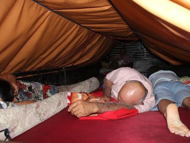 Família do agricultor Cícero Avelino, de 60 anos, está dormindo em um caminhão, devido ao medo dos tremores (Foto: Fernanda Zauli)