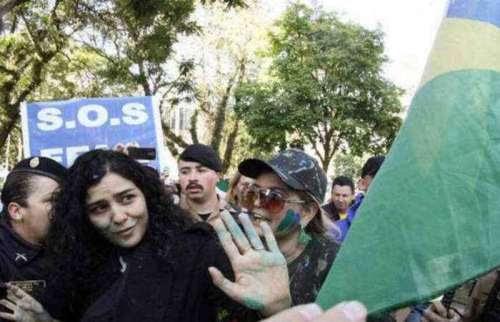 Atriz Letícia Sabatella é hostilizada durante manifestação