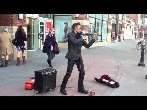 video que muestra como toca un violinista callejero