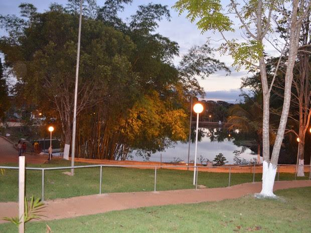 A praça é composta por um lago que foi revitalizado, uma quadra poliesportiva, dentre outros itens (Foto: Rogério Aderbal/G1)