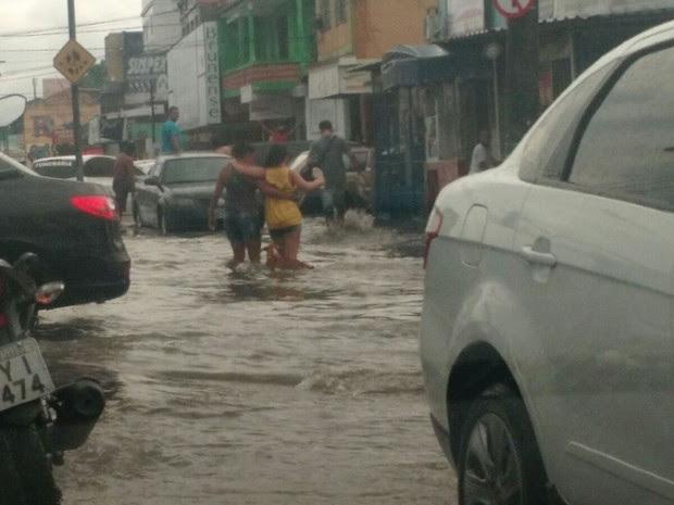 Rua de Bangu fica alagada durante as chuvas desta quinta-feira (28) (Foto: Christiano Ferreira)