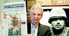 ¬ Οιδρυτής  της ιστοσελίδας Wikileaks Τζούλιαν Ασέιντζ δείχνει το πρωτοσέλιδο της βρετανικής εφηµερίδας «Guardian» που δηµοσιοποίησε µαζί µε τους «Νew Υork Τimes» και το  «Spiegel» τα χιλιάδες απόρρητα έγγραφα για τον πόλεµο στο Αφγανιστάν. Χθες ο Ασέιντζ έδωσε συνέντευξη Τύπου στο Λονδίνο.