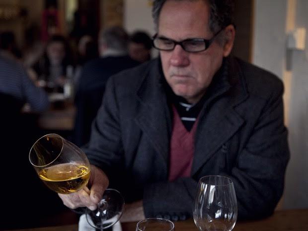 Horácio Barros experimenta vinho francês durante viagem ao mundo, varginha (Foto: Pedro Henrique Barros/Wine World Adventure)
