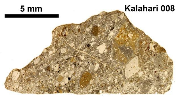 Meteorito lunar batizado de Kalahari 008. Impactos na Lua podem ejetar materiais em direção à Terra. O meteorito Kalahari 008 tem aproximadamente 600 gramas e foi coletado no Deserto Kalahari, em Botswana (Foto: Corteria de Addi Bischoff/Science)
