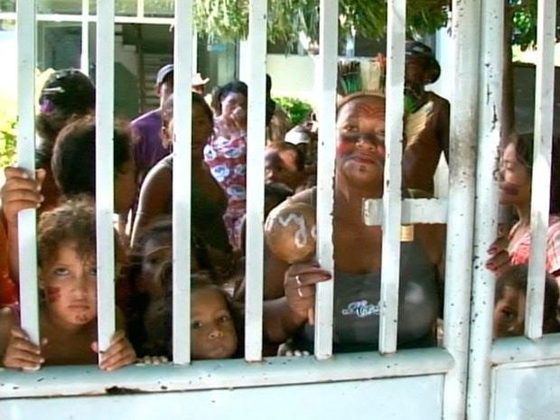 Índios ocupam prédio da Funasa em Juazeiro, na Bahia (Foto: Reprodução/ TV São Francisco)