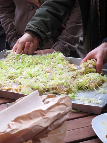 La pizza con crema di ceci al limone, coppa e insalata di sedano