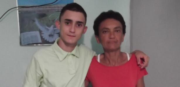 Primeiro lugar no IFRN, Thompson Vitor, 15, posa ao lado da mãe, Rosângela, que o ensinou a gostar de ler