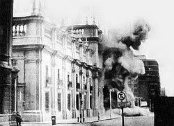 Il Palacio de La Moneda sotto i bombardamenti