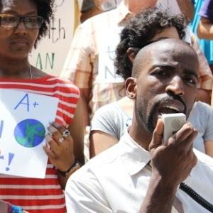 Manifestantes na sede do departamento de educação de Nova York
