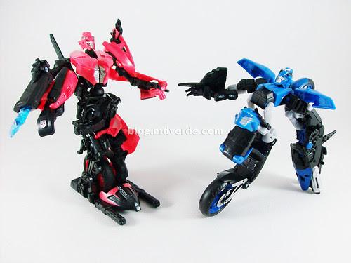 Transformers Arcee RotF Deluxe vs Chromia - modo robot
