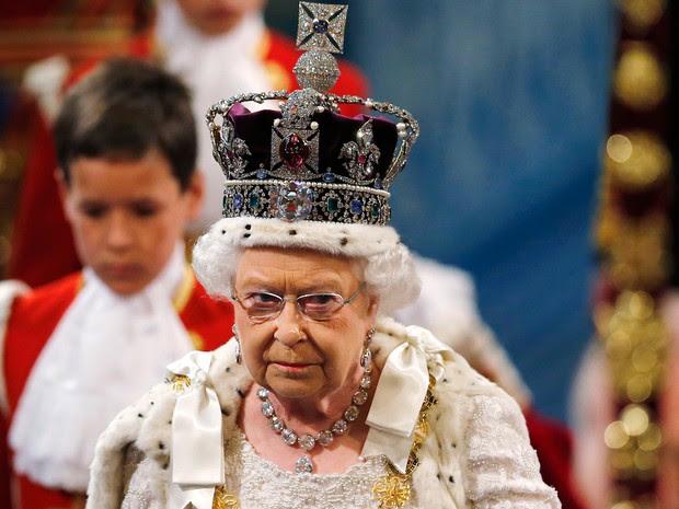 Rainha Elizabeth II chega ao Parlamento britânico usando a coroa imperial. O discurso da rainha marca o início do ano parlamentar britânico (Foto: Suzanne Plunkett/AFP)