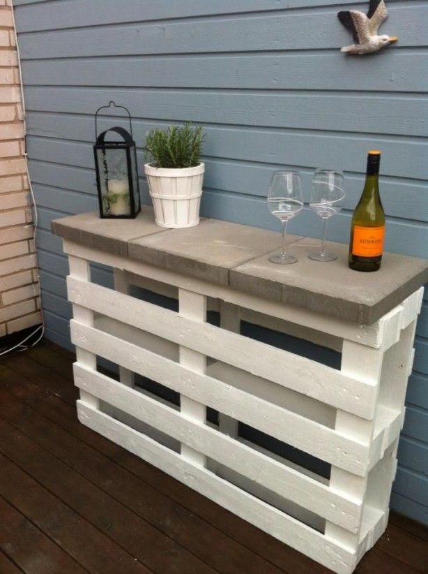 LOVE this patio bar - two pallets standing and connected in the middle and 3 stepping stones for the bar top. SO easy peasy.