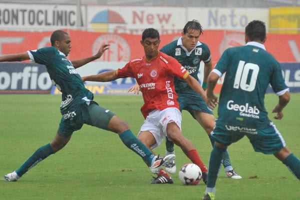O atacante Lúcio foi o grande destaque do América na goleada sobre o Goiás, marcando dois gols