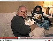 Il gatto Sal con i suoi famigliari (da YouTube)