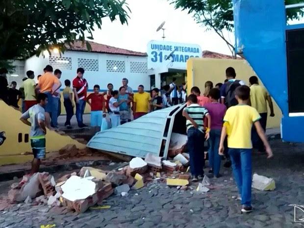 Parte do muro da Unidade Integrada 31 de Março em São João dos Patos desabou após manobra de motorista (Foto: Reprodução/TV Mirante)