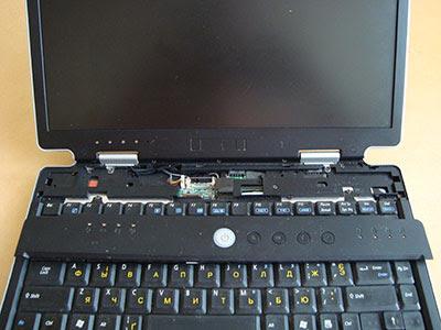 Ноутбук ASUS. Верхняя крышка снимается хитро: надо приподнять отверткой возле кнопки Esc, а потом сдвинуть крышку влево.