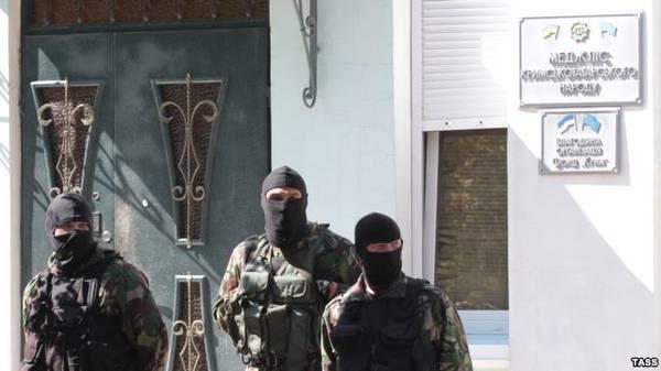 Фото:  Российские силовики у захваченного здания Меджлися крымских татар, Симфер