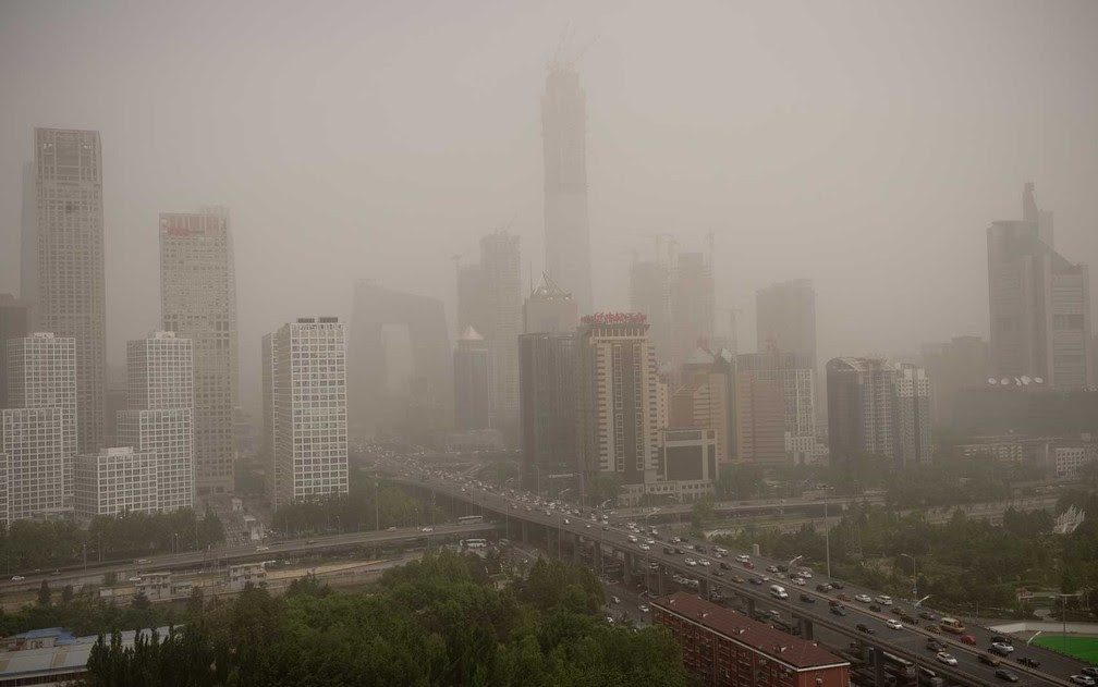 Partes do distrito empresarial no Centro de Pequim, coberto por partículas de areia (Foto: Nicolas Asfouri / AFP Photo)