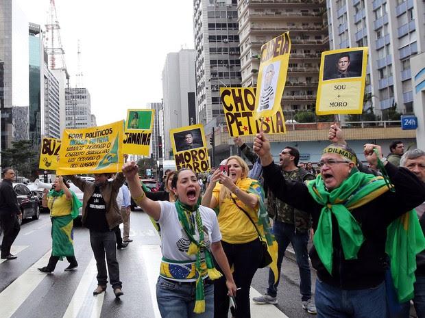 Grupo comemora o impeachment de Dilma Rousseff na Avenida Paulista (Foto: Paulo Whitaker/Reuters)
