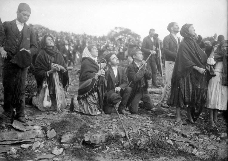 <p>Varias personas miran al cielo durante el Milagro del Sol. Fátima, 3 de octubre de 1917.</p>