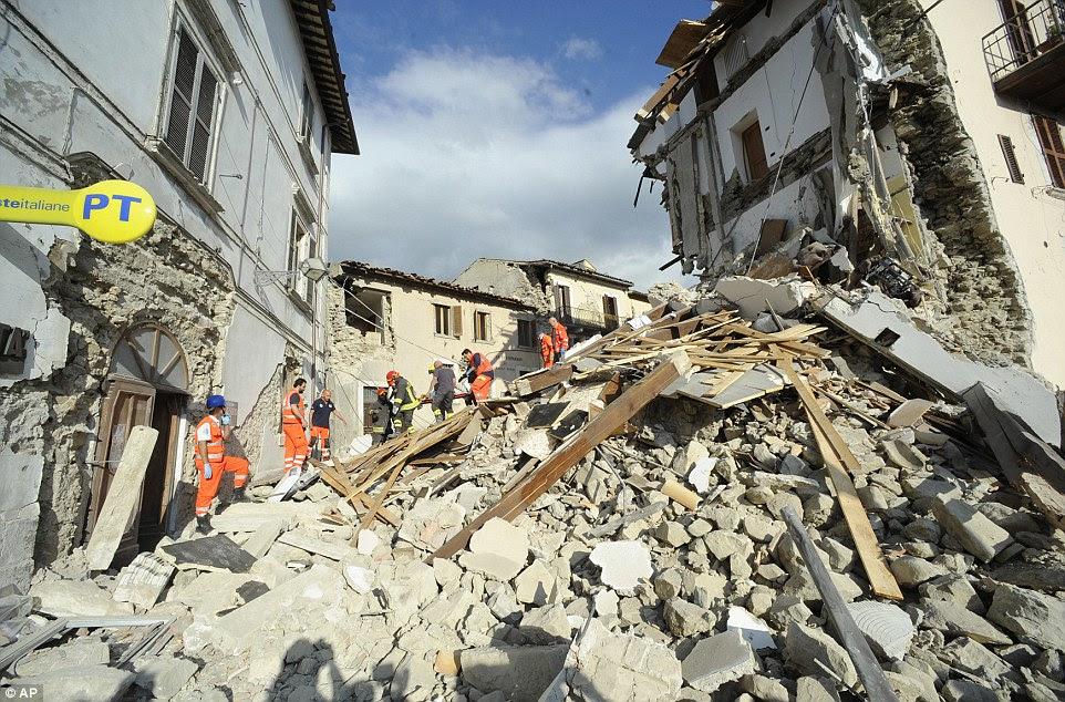 Um homem é levado em uma maca após ser resgatado dos escombros na cidade devastada de Arquata del Tronto