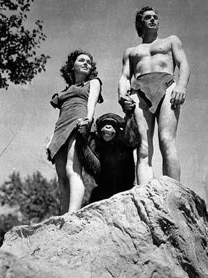 Johnny Weissmuller, à direita, como Tarzan; Maureen O'Sullivan, como Jane, e o chimpanzé Cheetah, em cena de 1932. (Foto: Arquivo / AP Photo)