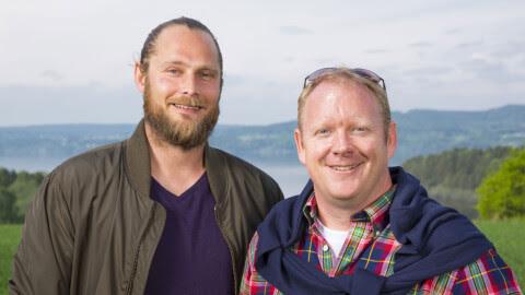 DOMMERE OG EKSPERTER: Steven Stiberg Long (til venstre) og Darren Saines dømmer hager i Norges Hagemester på TV 2. FOTO: Espen Solli/TV 2