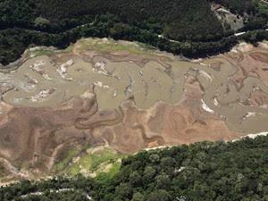 Água que antes tomava toda a área central da imagem se concentra em um leito mais fundo em zigue-zague na represa de Atibainha, parte do Sistema Cantareira, em Nazaré Paulista (SP) (Foto: Nacho Doce/Reuters)
