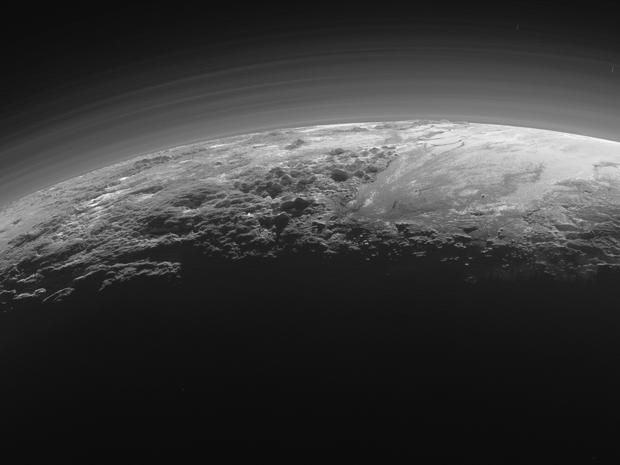 Quinze minutos depois de atingir o ponto mais próximo com Plutão, a sonda New Horizons fez essa imagem do planeta-anão em que aparecem as montanhas e planícies de gelo (Foto: NASA/JHUAPL/SwRI)