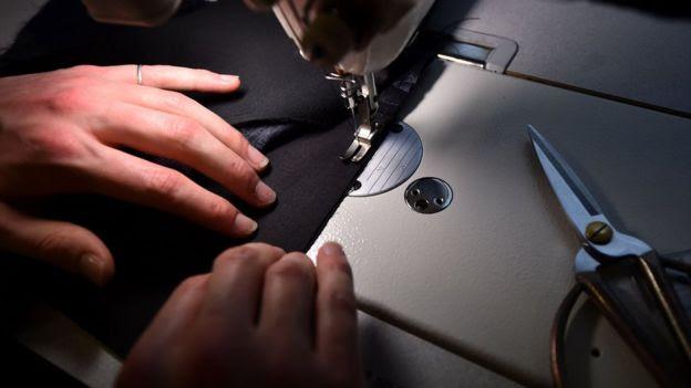 Mujer y máquina de coser.