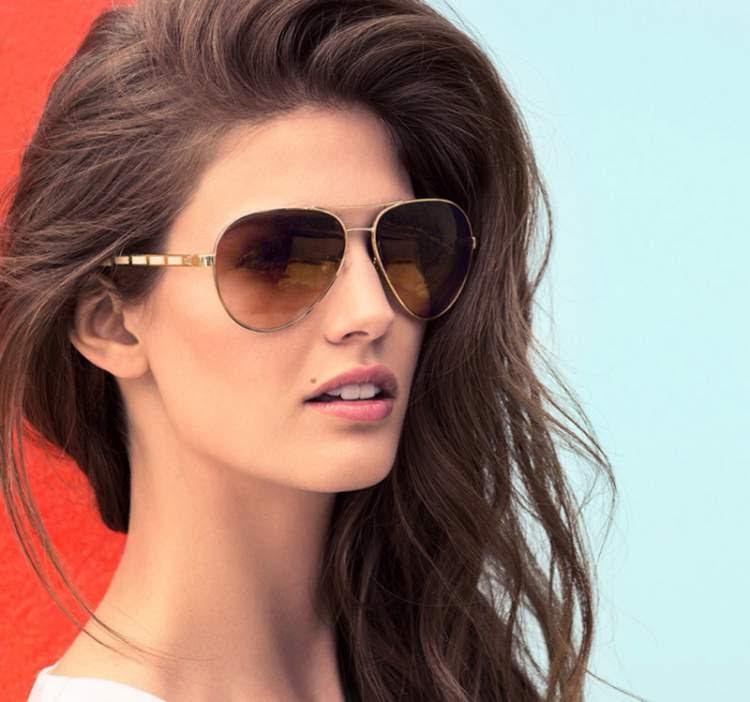 mulher com óculos escuro