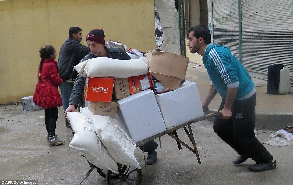 civis sírios levar comida de uma sala de armazenamento que foi realizada anteriormente pelas forças de oposição no bairro al-Kalasseh leste de Aleppo
