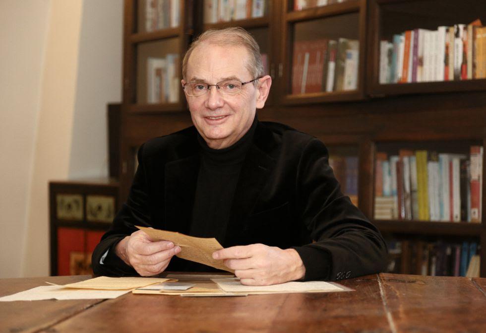 IEl diplomático Jean-Yves Berthault, con varias de las cartas de Mademoiselle S.