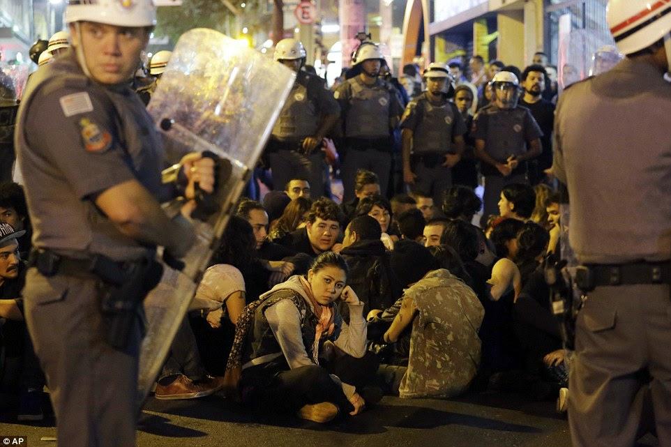 Raiva sobre os Jogos provocou protestos em todo o Brasil, incluindo esta demonstração na cidade de São Paulo