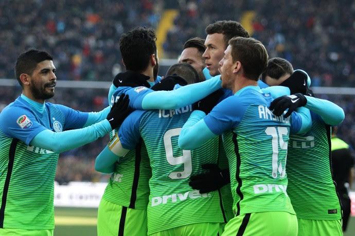 Jogadores do Internazionale comemoram gol de Perisic (Foto: EFE/EPA/ALBERTO LANCIA)