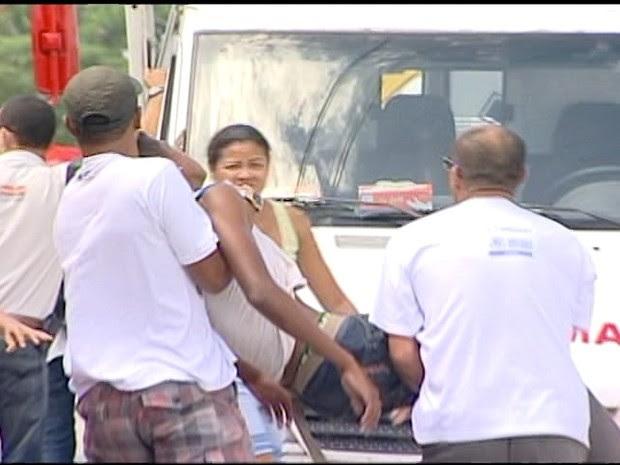 Intoxicação em escola de Rio das Ostas, RJ, gera pânico e corre corre  (Foto: Reprodução/ Inter TV/ Renan Cordeiro )