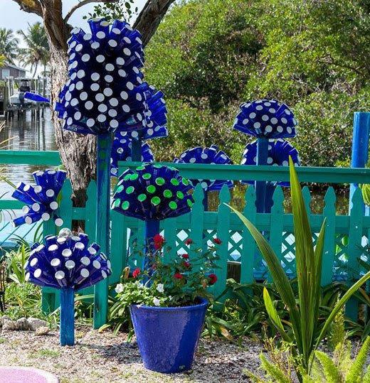 15 Terrific DIY Glass Bottle Yard Decor That Will Impress ...